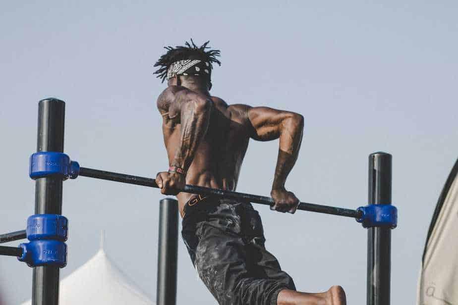 Man Using Exercise Bar   ModernCalisthenics.com